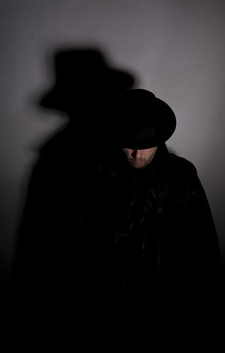 Der mann im schwarzen mantel